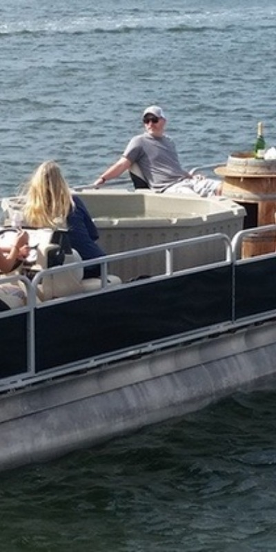 Only with the level base of a pontoon boat is a hot tub at sea possible.